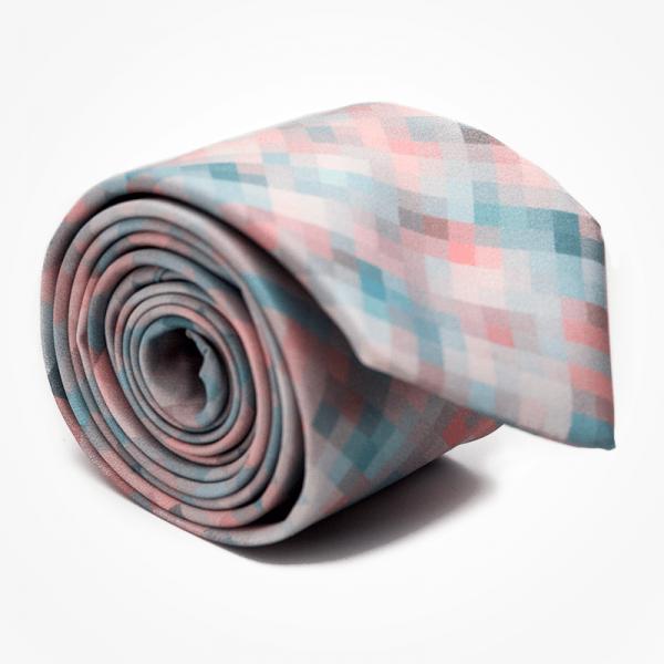 Krawat PEACH PIXEL Marthu. Krawat satynowy w kwadraty, piksele. Krawat różowy na wesele do garnituru. Modne krawaty