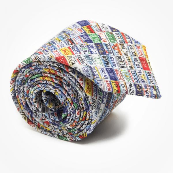 Krawat PLATTES Marthu. Krawat bawełniany w tablice rejestracyjne. Krawat śmieszny na imprezę do garnituru. Modne krawaty